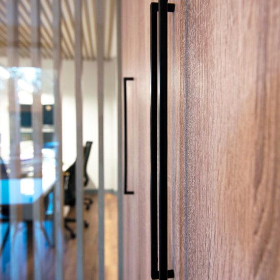 OFICINA CORA, Jose Bergamin, Madrid. Reforma Cora Arquitectura Interior-Detalle tirador negro mate
