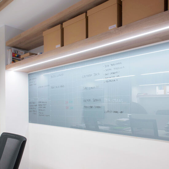 OFICINA CORA, Jose Bergamin, Madrid. Reforma Cora Arquitectura Interior-Detalle pizarra de vidrio esmaltada