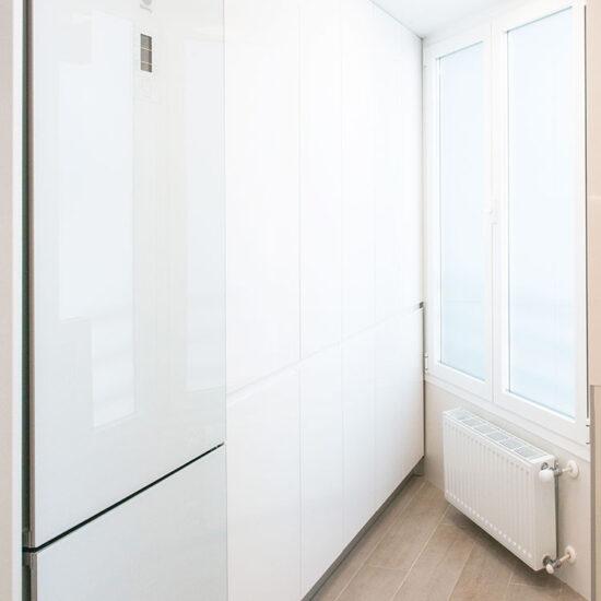 Reforma integral cocina, Madrid - Reforma Cora Arquitectura Interior. Detalle frigorífico blanco.