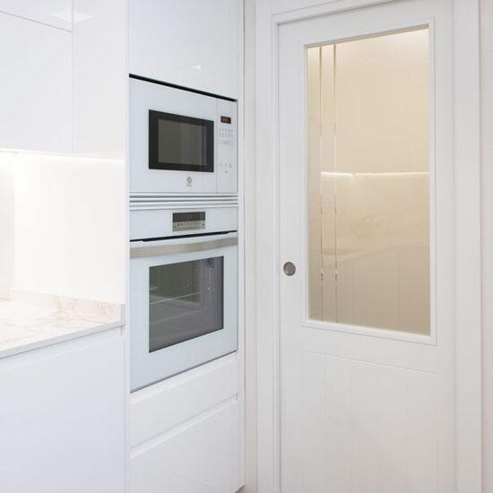 Reforma integral cocina, detalle de electrodomésticos blancos